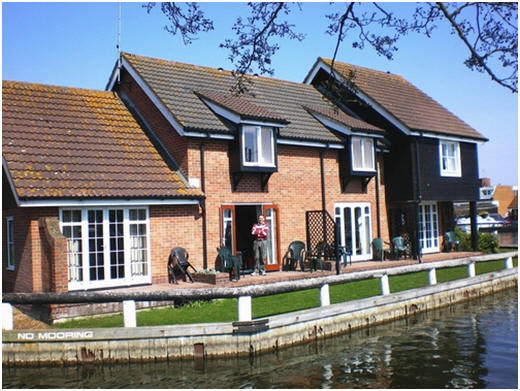 Romantic Riverside Cottage on the Norfolk Broads